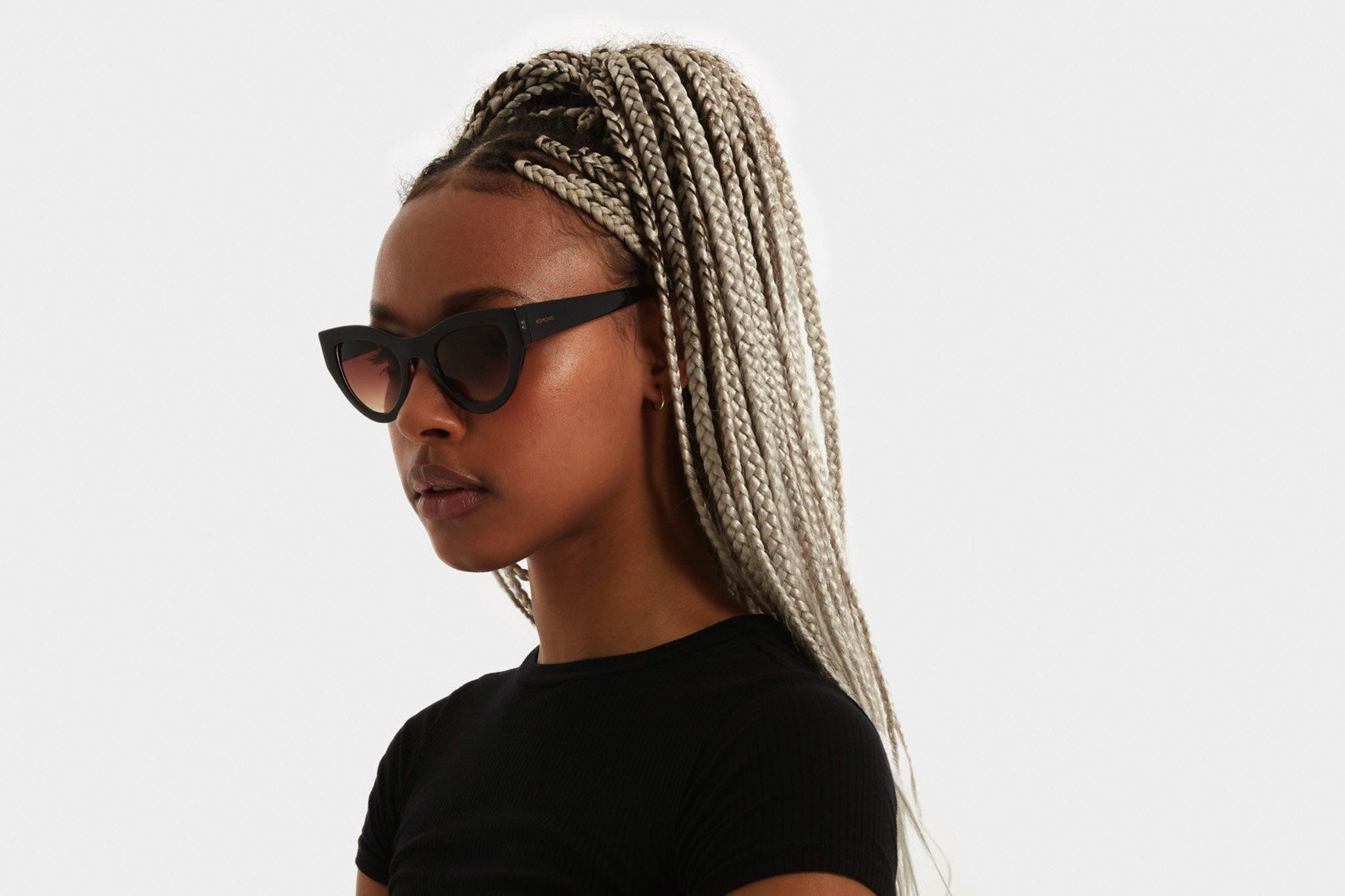 Κοκάλινα γυναικεία γυαλιά ηλίου πεταλούδα Komono Phoenix Black Tortoise σε μαύρο καφέ ταρταρούγα σκελετό και καφέ ντεγκραντέ φακούς.