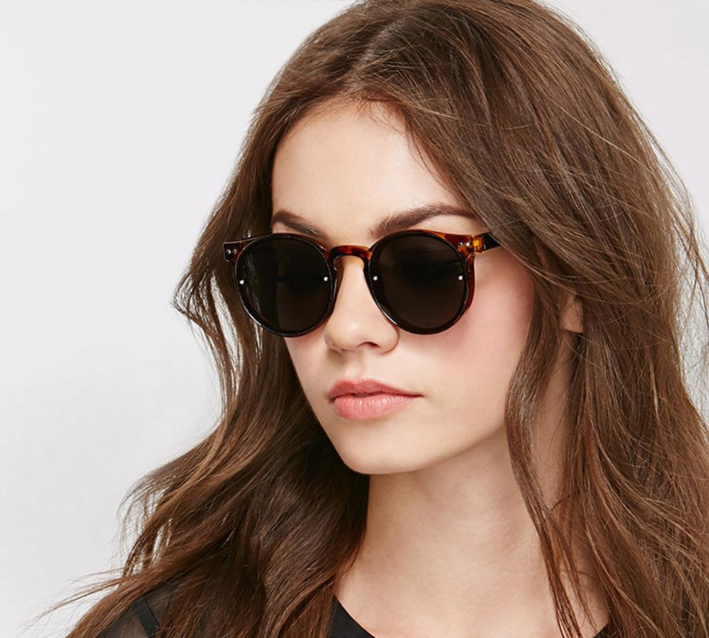 Κοκάλινα ανδρικά και γυναικεία γυαλιά ηλίου Spitfire Postpunk Tortoise σε καφέ ταρταρούγα και επίπεδους γκρι φακούς για όλα τα πρόσωπα.