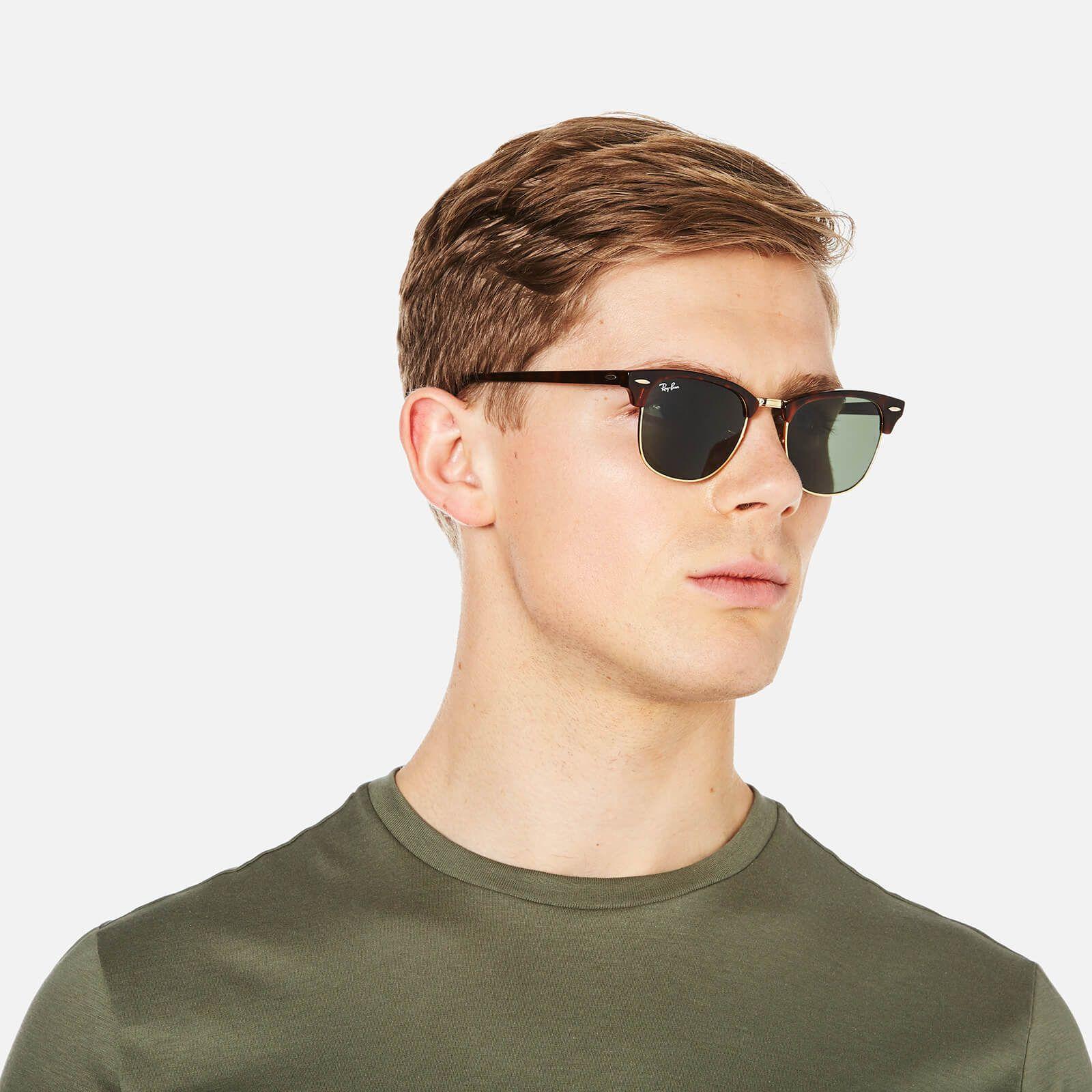 Τετράγωνα κλασικά γυαλιά ηλίου Ray Ban RB3016 Clubmaster W0366 σε καφέ ταρταρούγα, με χρυσές λεπτομέρειες και σκούρους πράσινους κρυστάλλουςγια όλα τα πρόσωπα.