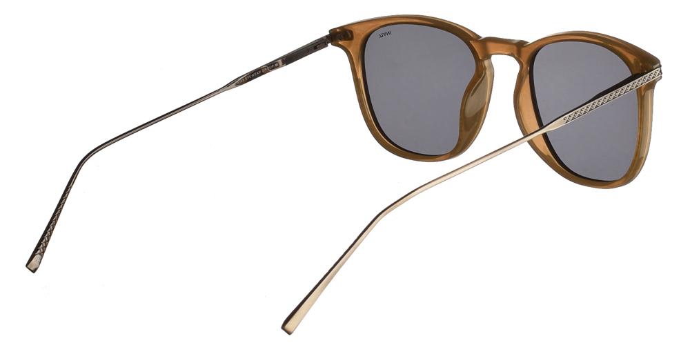 Διαχρονικά κοκάλινα ανδρικά γυαλιά ηλίου B2004 A σε ανοιχτόχρωμο καφέ σκελετό με γκρι polarized φακούς της εταιρίας Invu για όλα τα πρόσωπα.