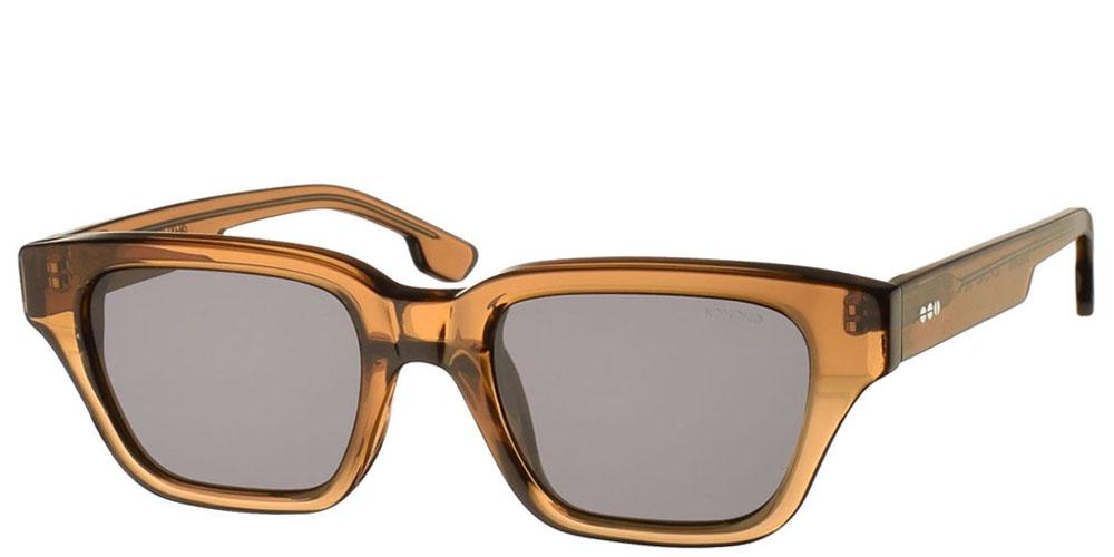 Τετράγωνα ανδρικά και γυναικεία γυαλιά ηλίου Komono Brooklyn Sand σε καφέ κοκάλινο σκελετό και σκούρους γκρι polarized φακούς για όλα τα πρόσωπα.