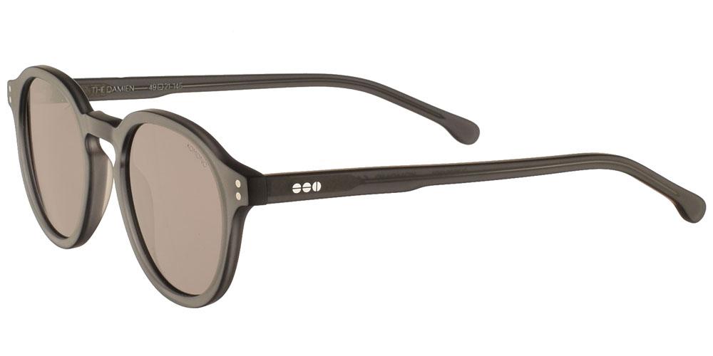 Κοκάλινα ανδρικά και γυναικεία γυαλιά ηλίου Komono Damien Grint σε σκουρόχρωμο ματ γκρι σκελετό και γκρι-καφέ polarized φακούςγια όλα τα πρόσωπα.