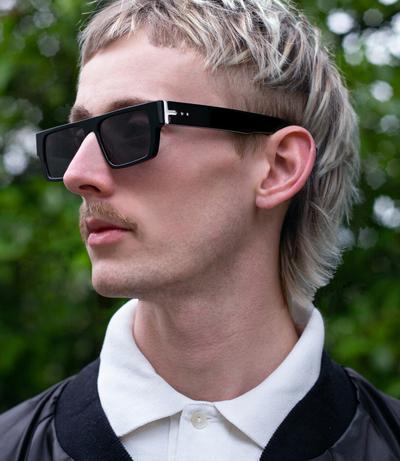 Ανδρικά και γυανικεία κοκάλινα γυαλιά ηλίου Spitfire Cut Six Black σε μαύρο χρώμα και επίπεδους γκρι φακούς της για μεσαία και μεγάλα πρόσωπα.