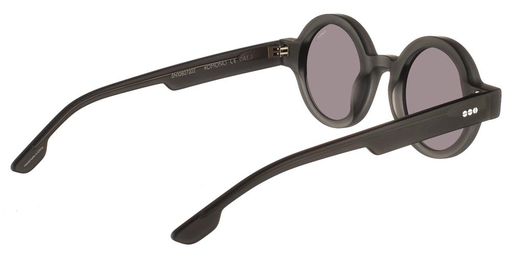 Στρογγυλά κοκάλινα ανδρικά και γυναικεία γυαλιά ηλίου Komono Adrian Grint σε σκούρο γκρι ματ σκελετό και επίπεδους γκρι φακούςγια όλα τα πρόσωπα.
