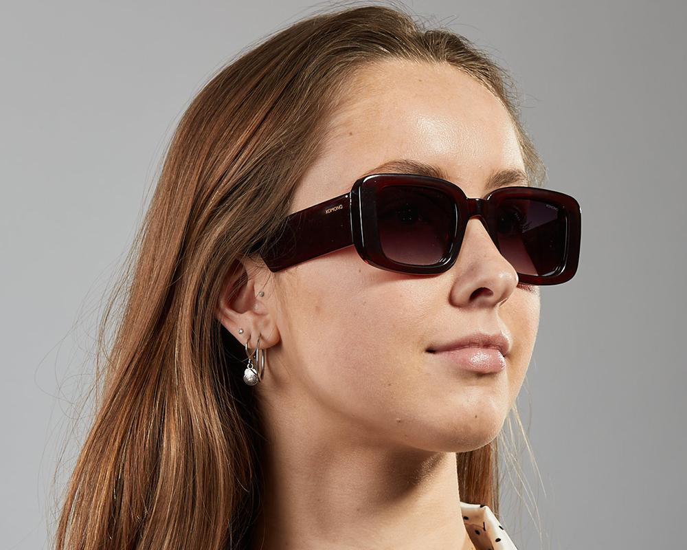 Ανδρικά και γυναικεία τετράγωνα κοκάλινα γυαλιά ηλίου Komono Avery Burgundy σε μπορντώ σκελετό και γκρι ντεγκραντέ φακούς για όλα τα πρόσωπα.
