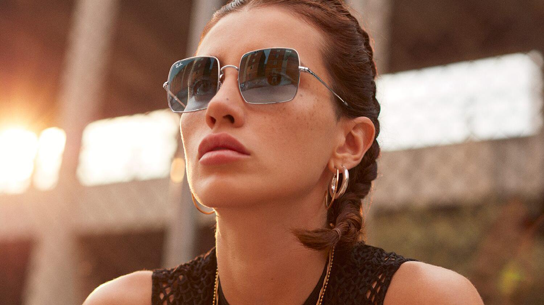 Γυναικεία μεταλλικά τετράγωνα γυαλιά ηλίου Ray Ban RB1971 Square 9149/AD σε ασημί σκελετό και γκρι ντεγκραντέ κρυστάλλουςγια όλα τα πρόσωπα.