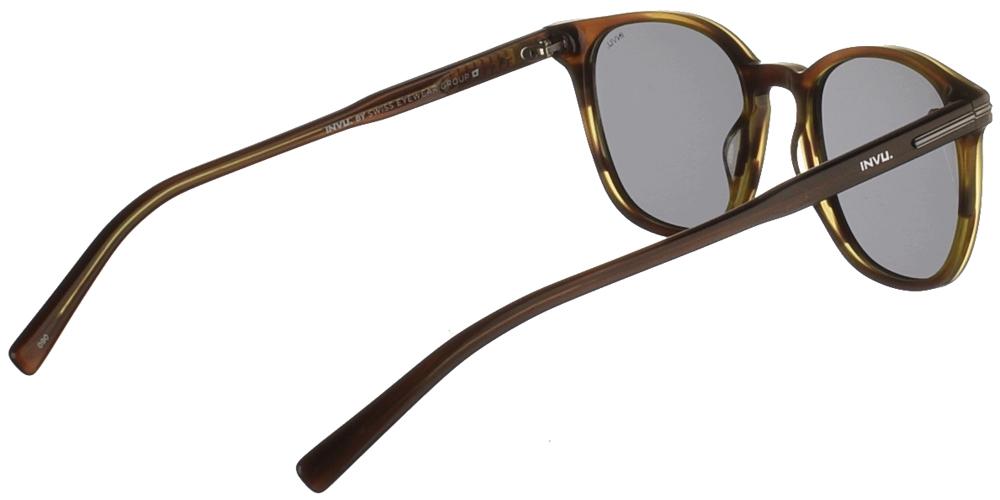 Διαχρονικά κοκάλινα ανδρικά γυαλιά ηλίου V2101 σε ανοιχτόχρωμη χακί ταρταρούγα, με ασημί λεπτομέρειες και γκρι polarized φακούς της εταιρίας Invuγια όλα τα πρόσωπα.